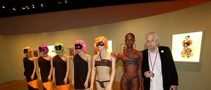 """O artista Nelson Leirner, a modelo Mahany Pery, após performance, e a """"Stripencores"""", criada em 1967 sobre a minissaia e recebeu um adendo especial para abordar o biquíni em 2017"""