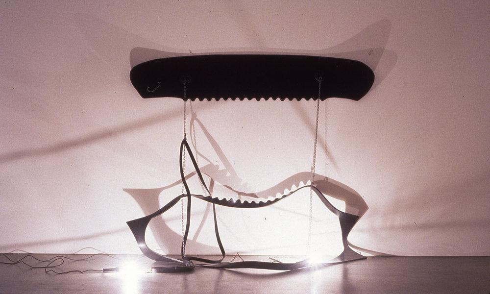 Tunga, Vê-nus, 1976, borracha, corrente de ferro e energia elétrica,150 x 250 x 190 cm  Acervo Tunga, Rio de Janeiro/ Doug Baz