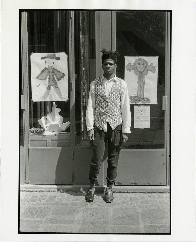 Michael Halsband fotografou Basquiat na porta do Printmaking Studio Paris, França, julho de 1985