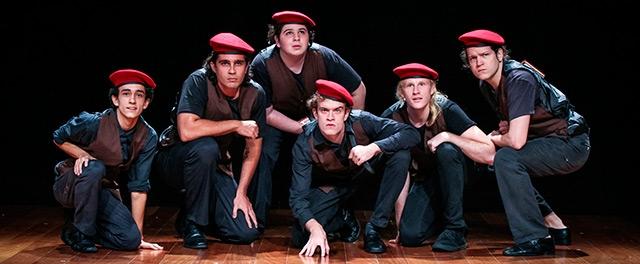 Jovens talentos - que precisam apenas de oportunidades - compõem o elenco de 37 atores