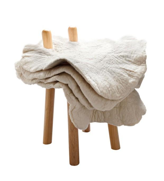 Inês Schertel, banco Póvoa, camadas de lãmanualmente feltrada podem servir como encosto
