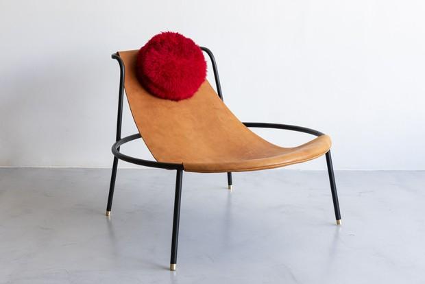 Giácomo Tomazzi, poltrona Bo, pés de latão, traz geometria com inspiração em Lina Bo Bardi