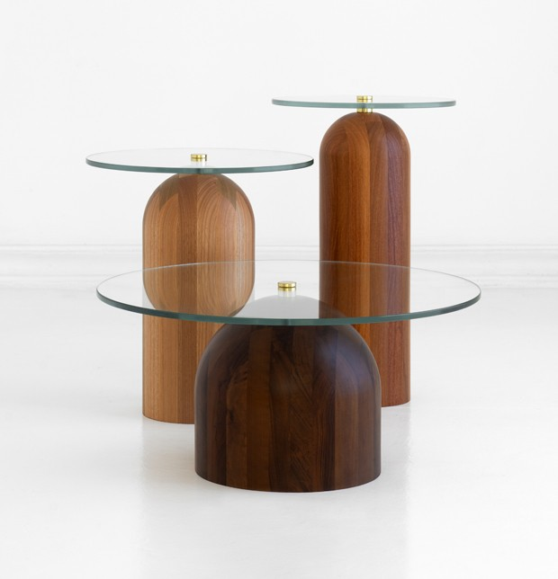 Leandro Garcia, mesa Toco, base de madeira maciça e diferentes alturas para formar conjuntos