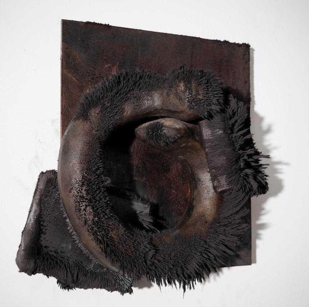 "Tunga, ""Les Bijoux de Mme. Sade"", 1983, ferro, ímã e limalha de ferro, 25 x 24,5 x 12 cm"