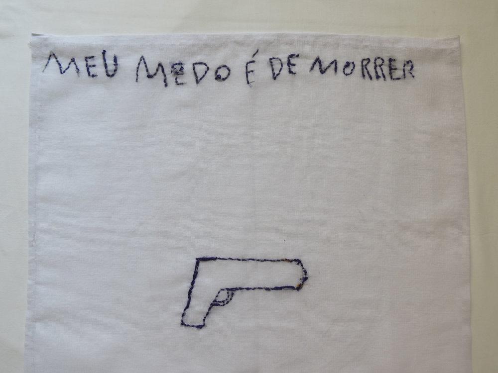 Uma das quarenta bandeiras que revelam o sentimento de uma comunidade de Niterói-RJ sobre Medo