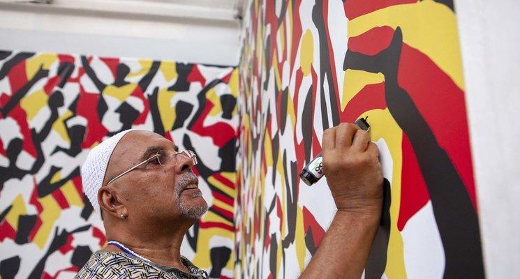 O artista baiano J.Cunha imprimiu as cores do Ilê Aiyê na fachada do Itaú Cultural na Avenida Paulista