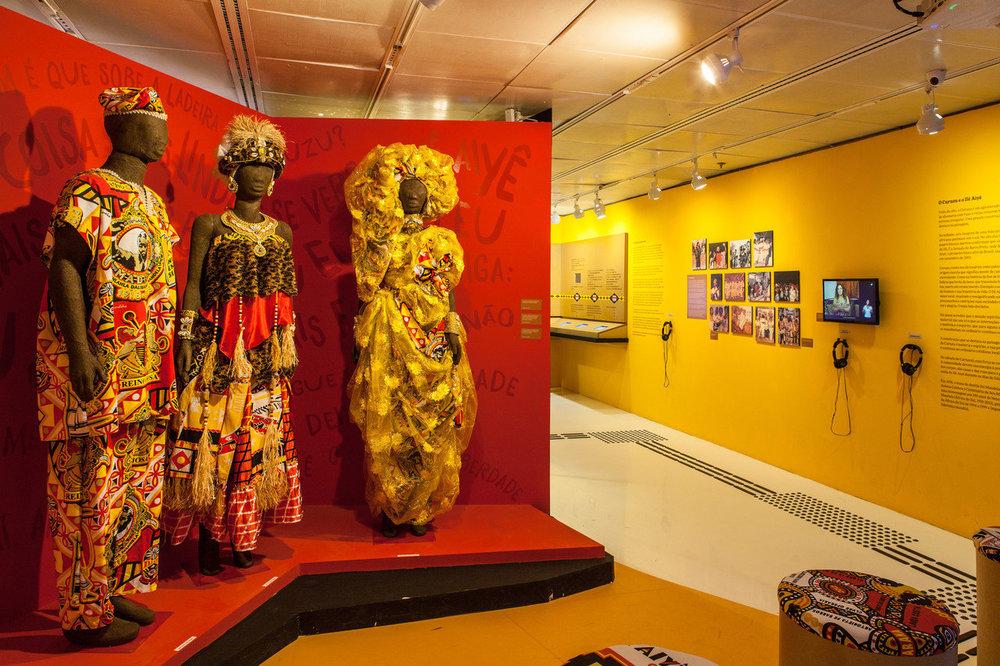 Os figurinos são marcantes da cultura afro e têm destaque especial nessa mostra / Foto de André Seiti