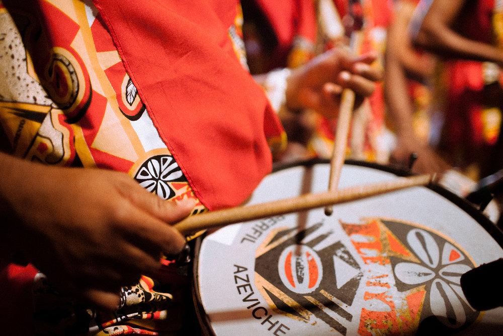 O envolvente som dos tambores evoca à participação numa incomparável apresentação da cultura negra
