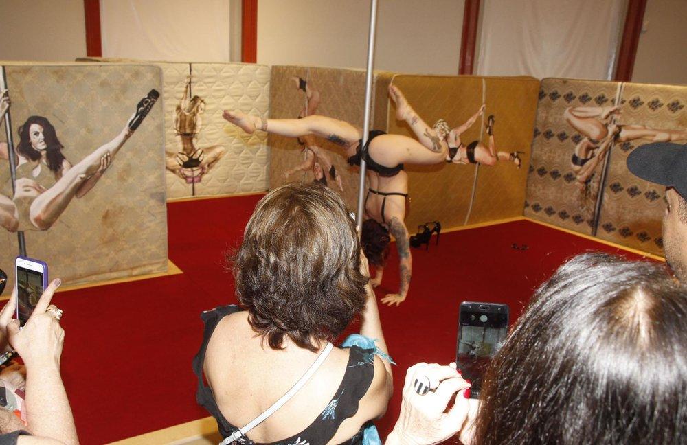 Na abertura da exposição, uma performance de pole dance motivou o público / Foto: Geraldo Valadares