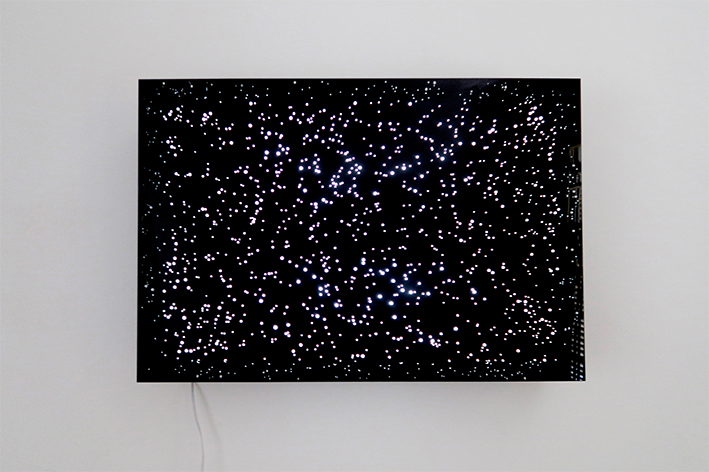Marina Camargo, Universos Paralelos (Rio de Janeiro), 2018, desenho em caixa de luz e acrílico