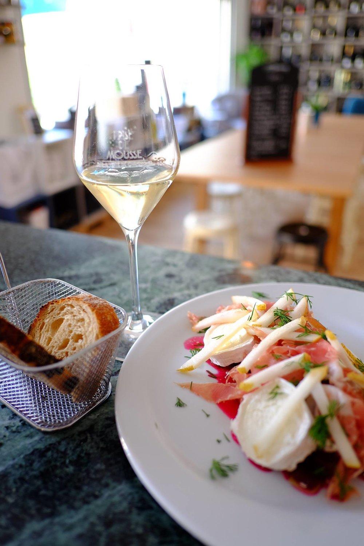 Salade de betteraves, poire, chèvre et jambon avec une vinaigrette orange-estragon.