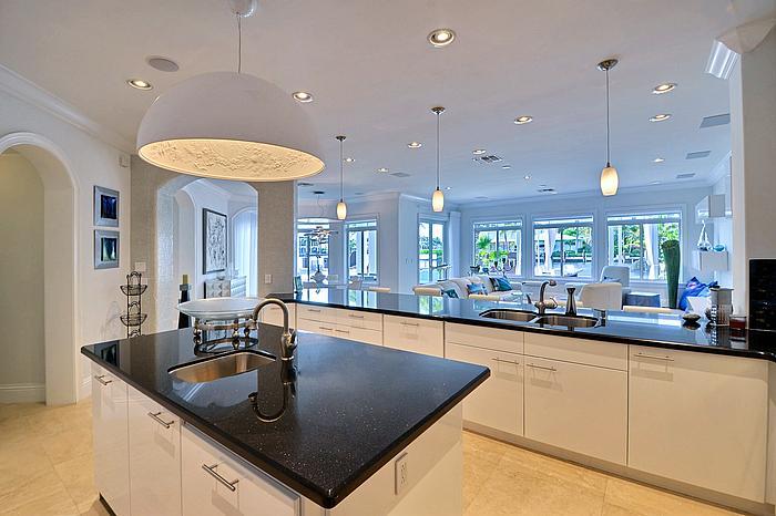 kitchenfamilyroom2_700.jpg