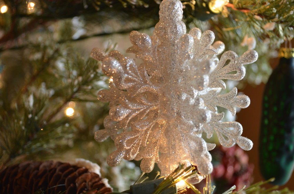 todays ornament spotlight showcases a beautiful glittery snowflake i picked up from kohls a few years ago this ornament is a bit fancier than my cozy