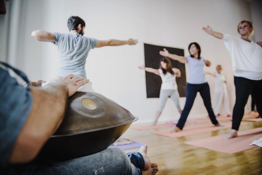 ....    Soothe body and mind    Handpan music is widely used for Yoga sessions, Reiki treatments, and Healing practices    ..    Allinea la mente e il cuore    Il suono dell'Handpan ha effetti terapeutici che trovano impiego nelle pratiche di Yoga, Reiki e Spiritual Healing    ....