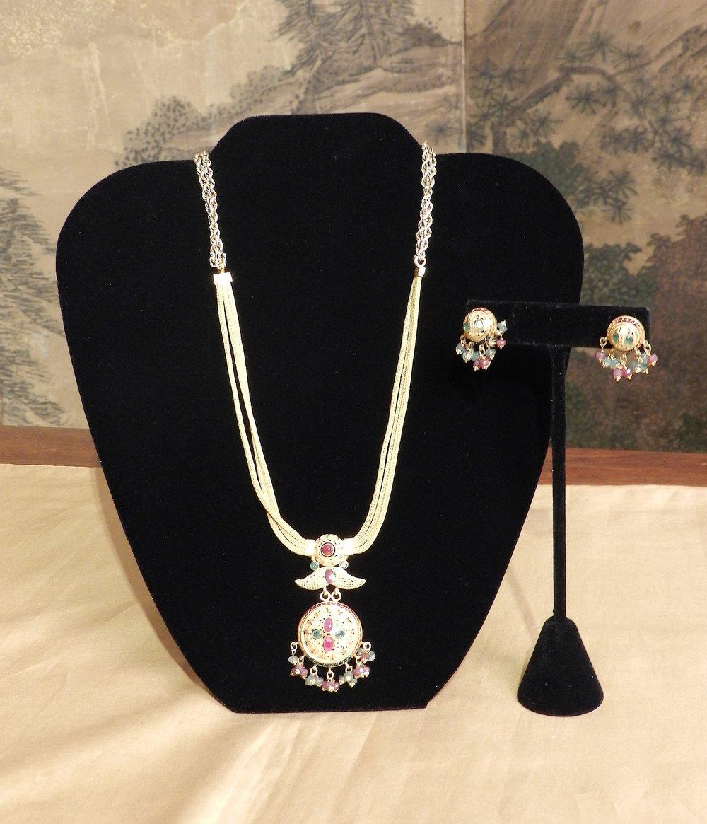 金项链和耳环
