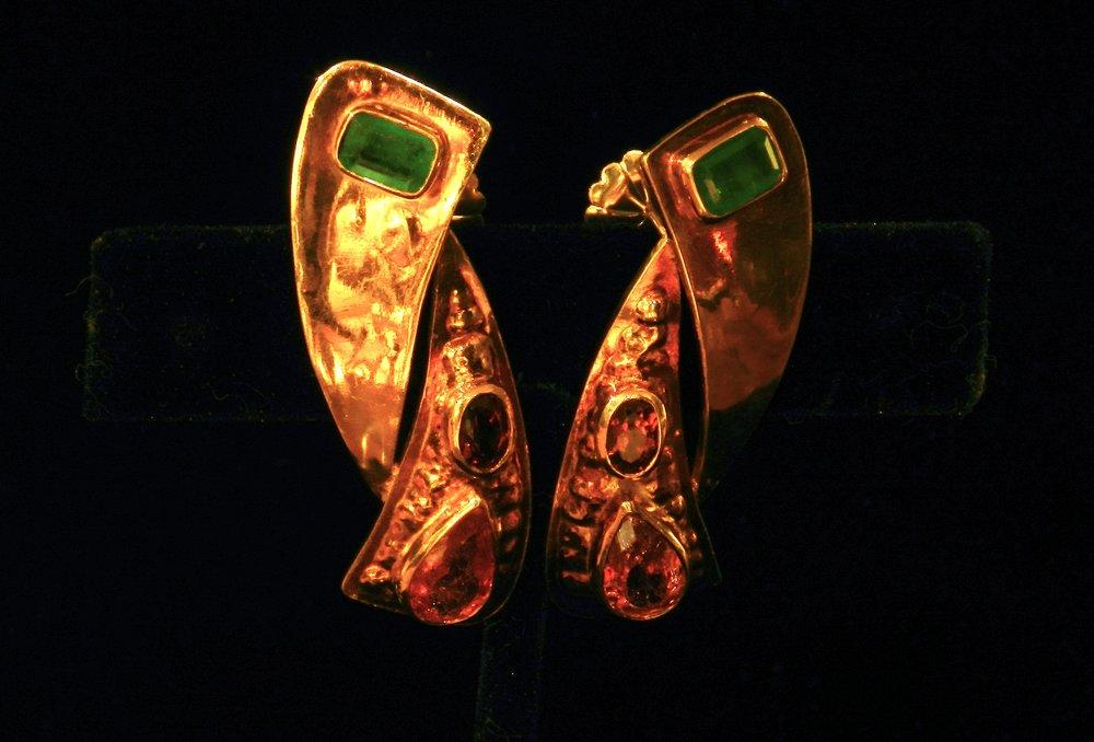 黄金和祖母绿耳环