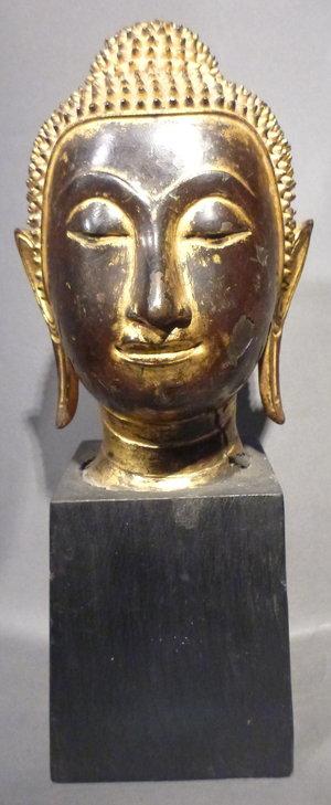 古色古香的青铜佛头