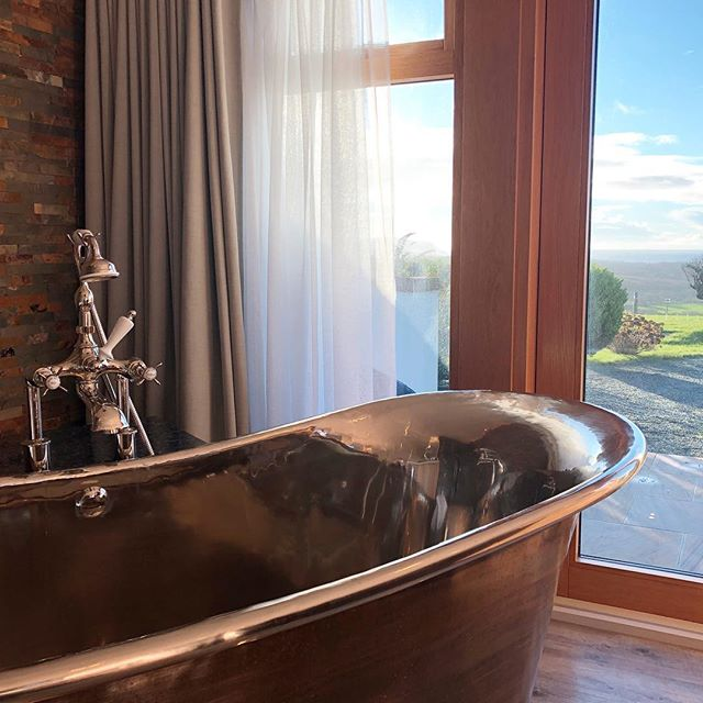 Our bath with sea view in the Bijou apartment at dusk today 🛁 🌊 . . . #bathwithaseaview #romanticbreak #cornwallliving #stylishbathroom #copperbath @williamholland_ltd