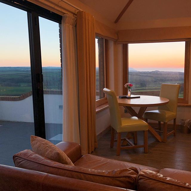 A very romantic sunset this evening from Shooting Star! Happy Valentine's Day 💖 . . . #romanticbreaks #bude #cornwalllife #escapefortwo💑
