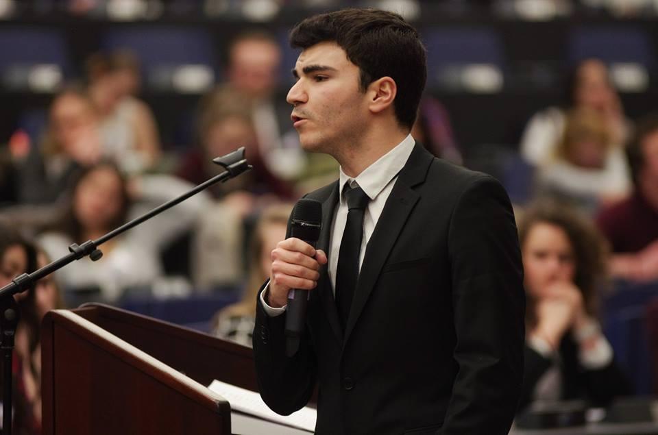 """Alexandre, élève en deuxième année, défendant le point de vue de sa commission sur le thème """"Est-il possible d'inclure l'enseignement d'une histoire européenne dans les programmes nationaux ?"""" au parlement européen"""