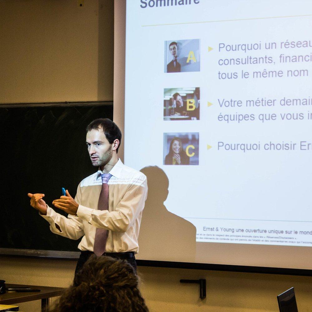 Foto : Olivier Friedrich, Wirtschafts Revisor bei EY während eines konferenz über die Beruf im Bereich Consulting und Audit