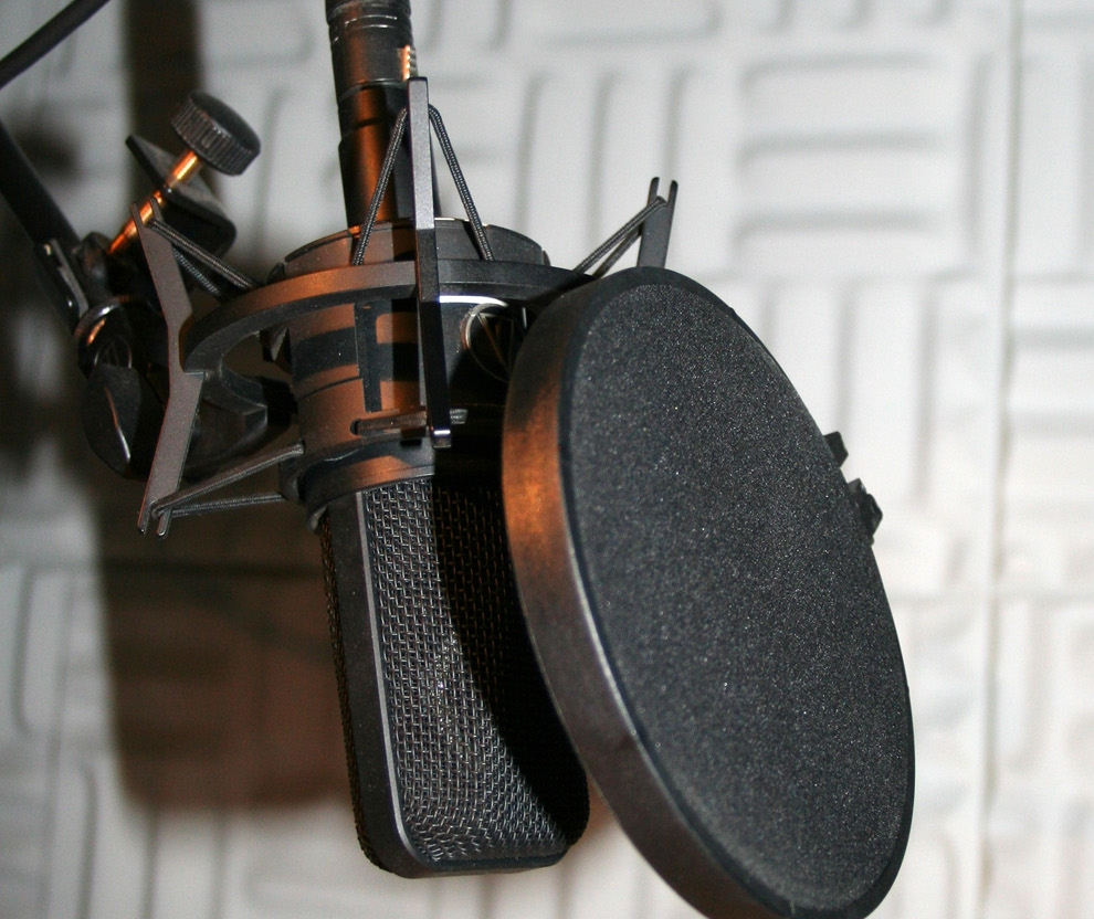 Studio_microphone_with_pop_shield.jpg