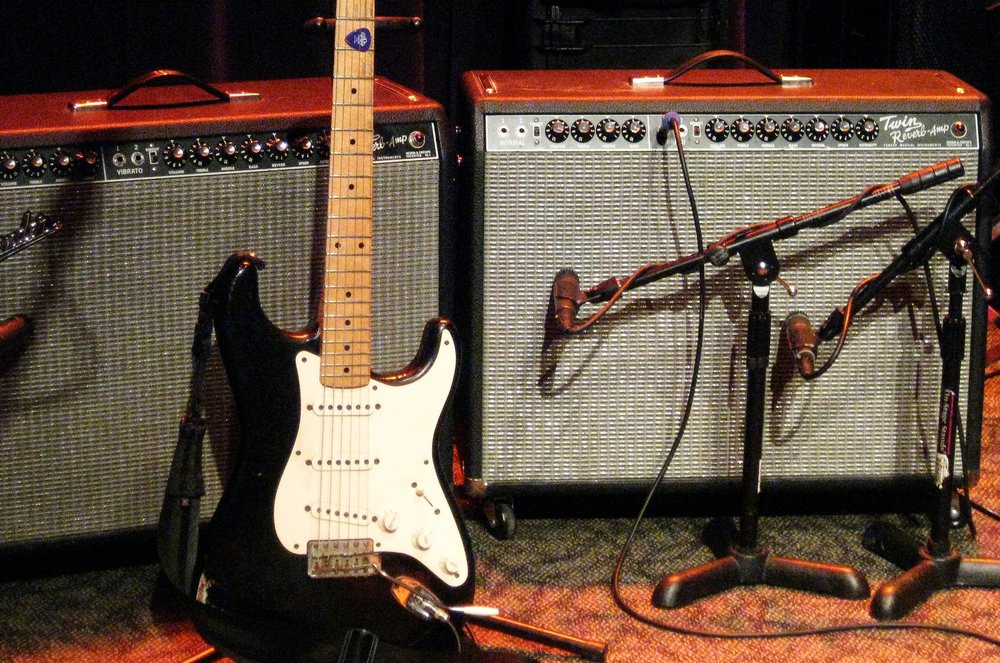 Oz_Noy's_Fender_Strat_&_Fender_Twin_Reverbs_(probably_rented),_Jazz_Alley,_2011-02-01.jpg