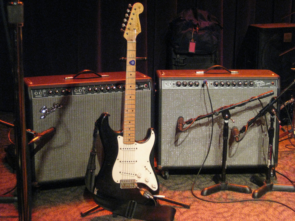 Oz_Noy's_Fender_Strat_&_Fender_Twin_Reverbs_(probably_rented),_Jazz_Alley,_2011-02-01.jpg