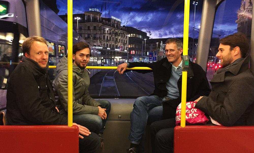 Selmas Team in der Strassenbahn in Zürich.