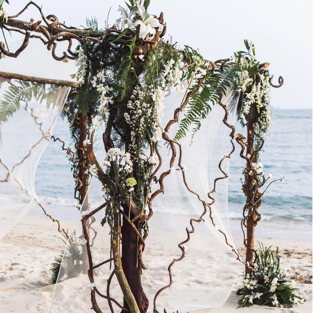 beach-wedding-ceremony-picture-id641080092.jpg