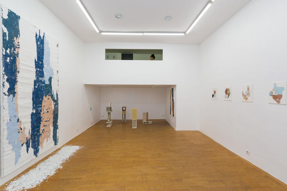 """Vue de l'exposition personnelle de l'artiste """"Falling Walls"""" à la Double V Gallery, Marseille"""