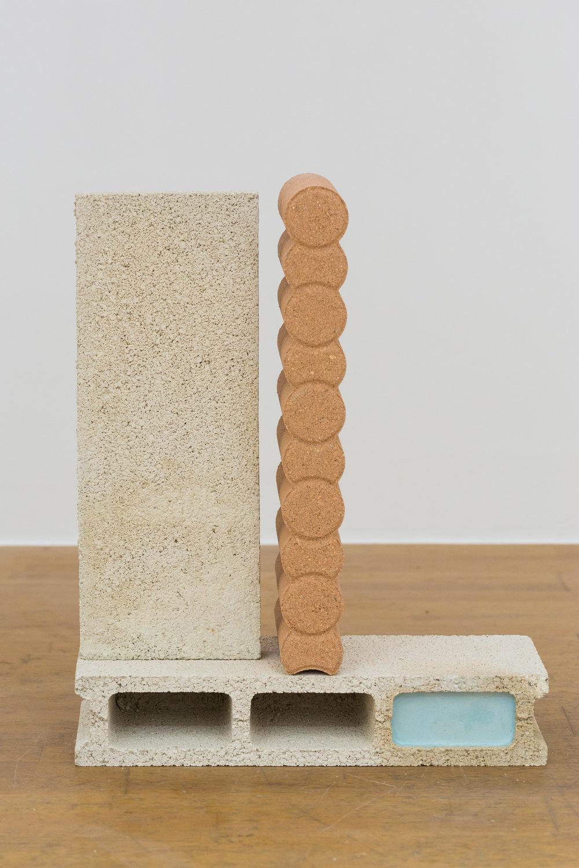 Manoela Medeiros, détail de l'installation  Nature Morte, août 2017  Briques pigmentées et plâtre pigmenté Dimensions variables