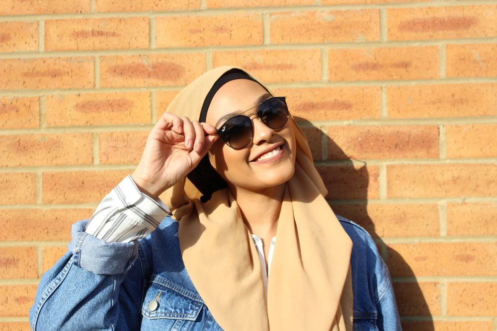 This effortless Look is something I'd totally rock when hanging out with a few friends or catching up on some YouTube editing! Super comfy yet Stylish! Comment down below if you would like me to film a YouTube tutorial on this hijab look?