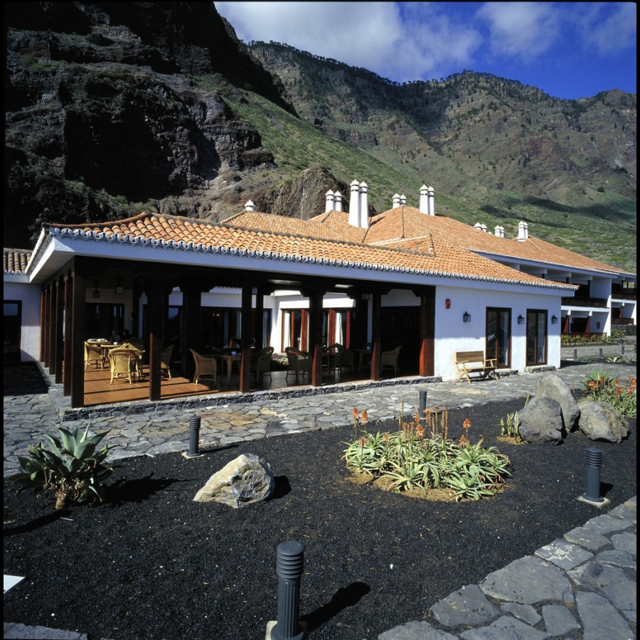Above: El Parador is nestled on the beach at the foot of the volcanic mountains.