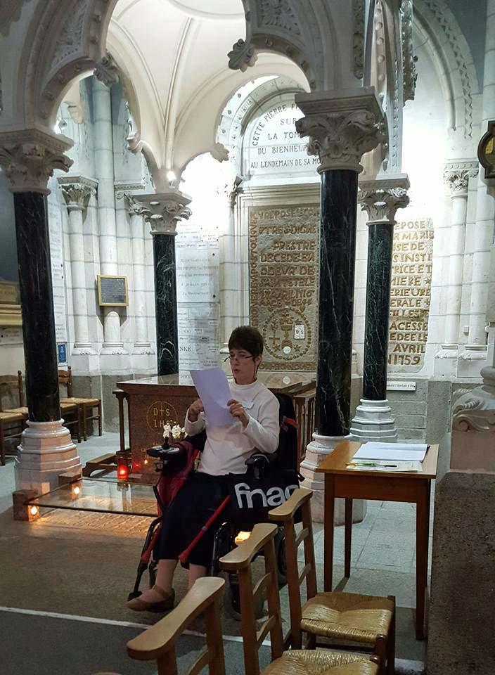 au pied du tombeau de Saint Grignon de montfort.jpg