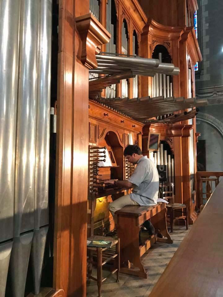 Louis Marie à l'orgue de la basilique.jpg