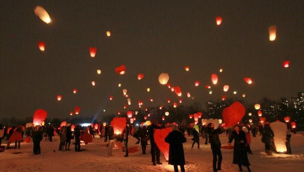 情侶們一起讓類似台灣天燈的氣球飛起來,藉此表達愛意。