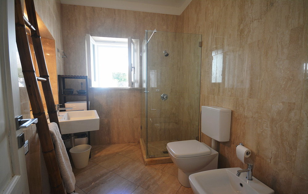 Villa Calipso twin bedrooms B & C common bathroom (1).JPG