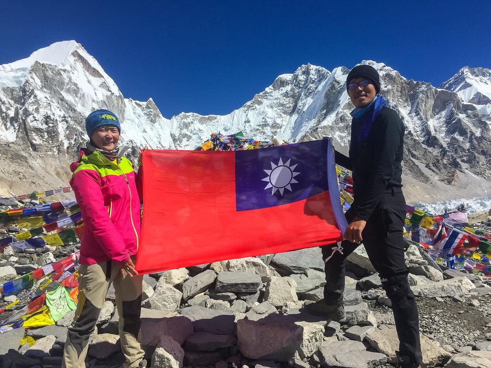 Lizhen and Kilik displaying their Taiwanese patriotism