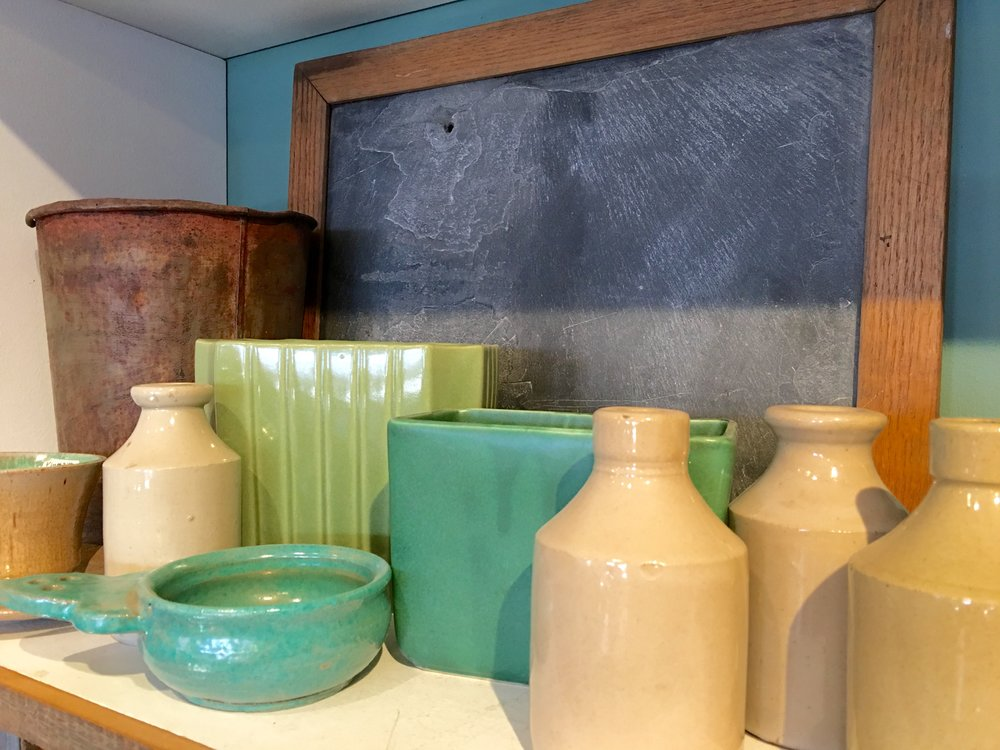 Multi-colored jugs and bowls will create a country atmosphere in your kitchen