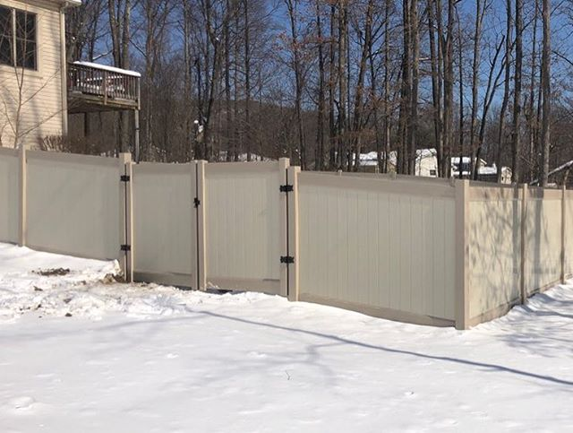 Nice 👍 Installation from a dealer in Bethlehem PA Two tone solid privacy vinyl fence beige boards clay rails and posts #vinylfence #fence #bethlehem #bethlehempa #backyard #pennsylvania #pa #clay #beige #house #home #estate #snow #design #decor #springiscoming