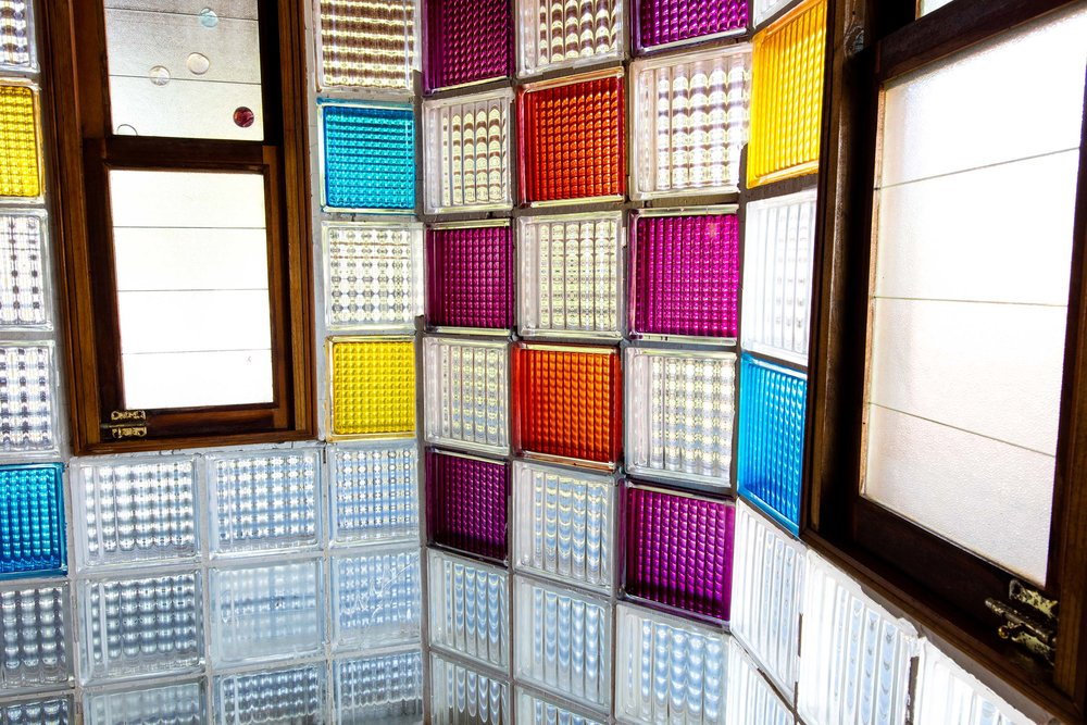 Las paredes coloridas del bloque sirven como el filtro perfecto de la luz