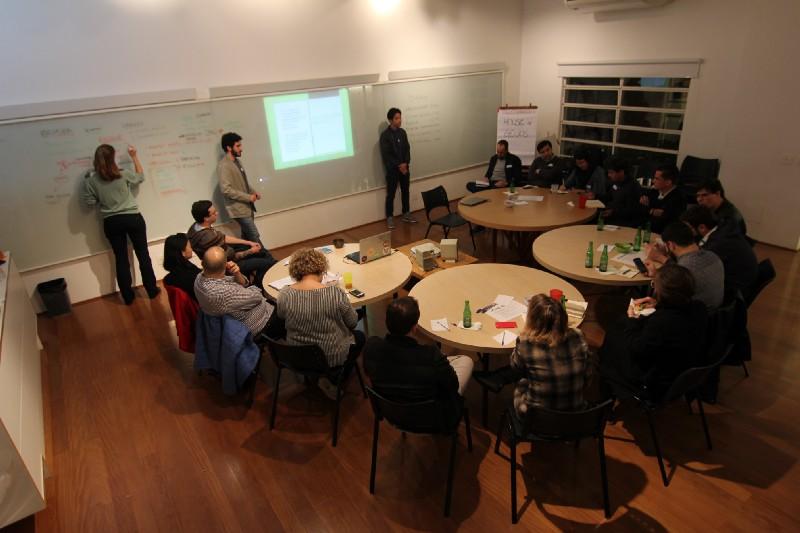 Gênios trabalhando em uma das sessões organizadas em São Paulo. Créditos: Arquivo House of Genius.