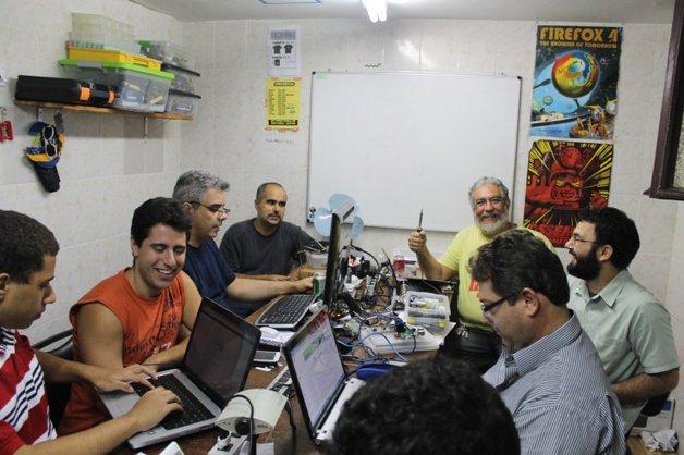 A foto de um encontro no Garoa Hacker Clube  traduz o que é um hackerspace - lugar de estar e fazer junto