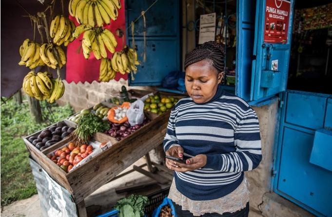 A Twiga permite que uma proprietária de uma pequena banca de frutas e verduras em Nairobi compre diretamente de pequenos produtores, apena usando o celular. Créditos:  Payments Source