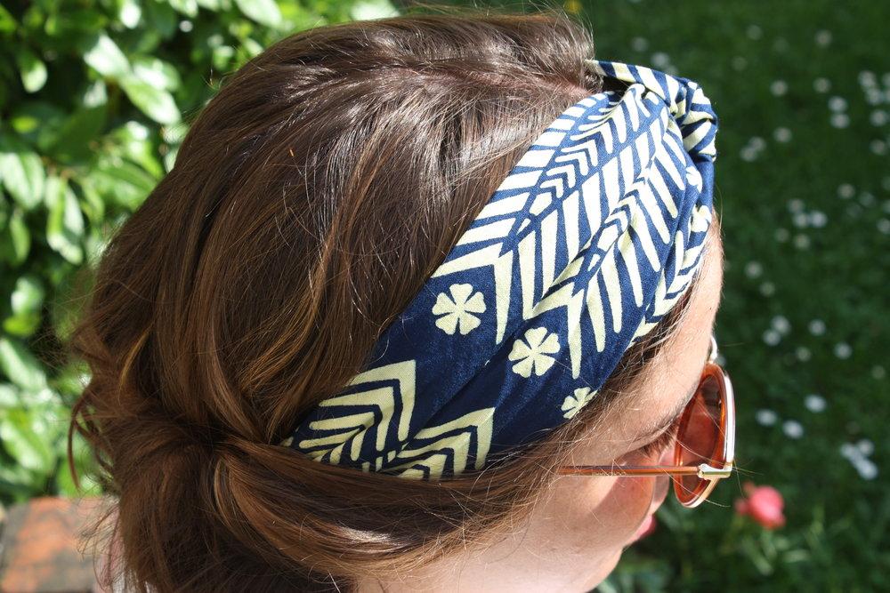 Mettre un headband cheveux long