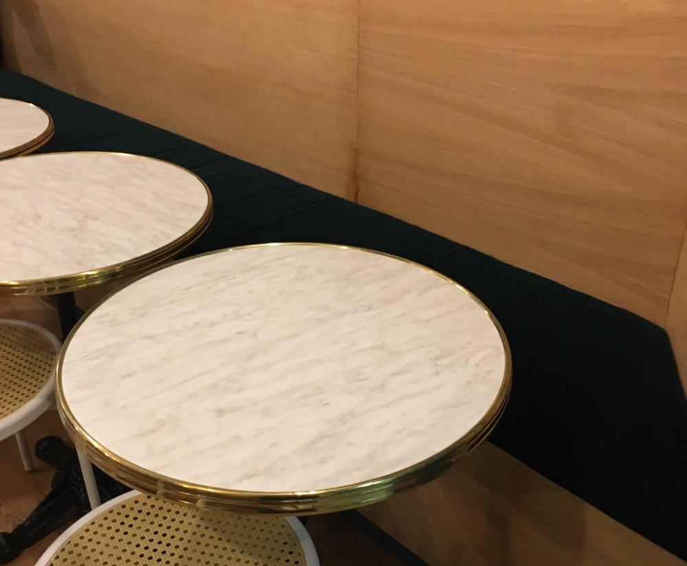 Des créations entièrement personnalisées, puisqu il a fallu composer avec  la taille des banquettes et les différents angles imposés. 11deb447485d