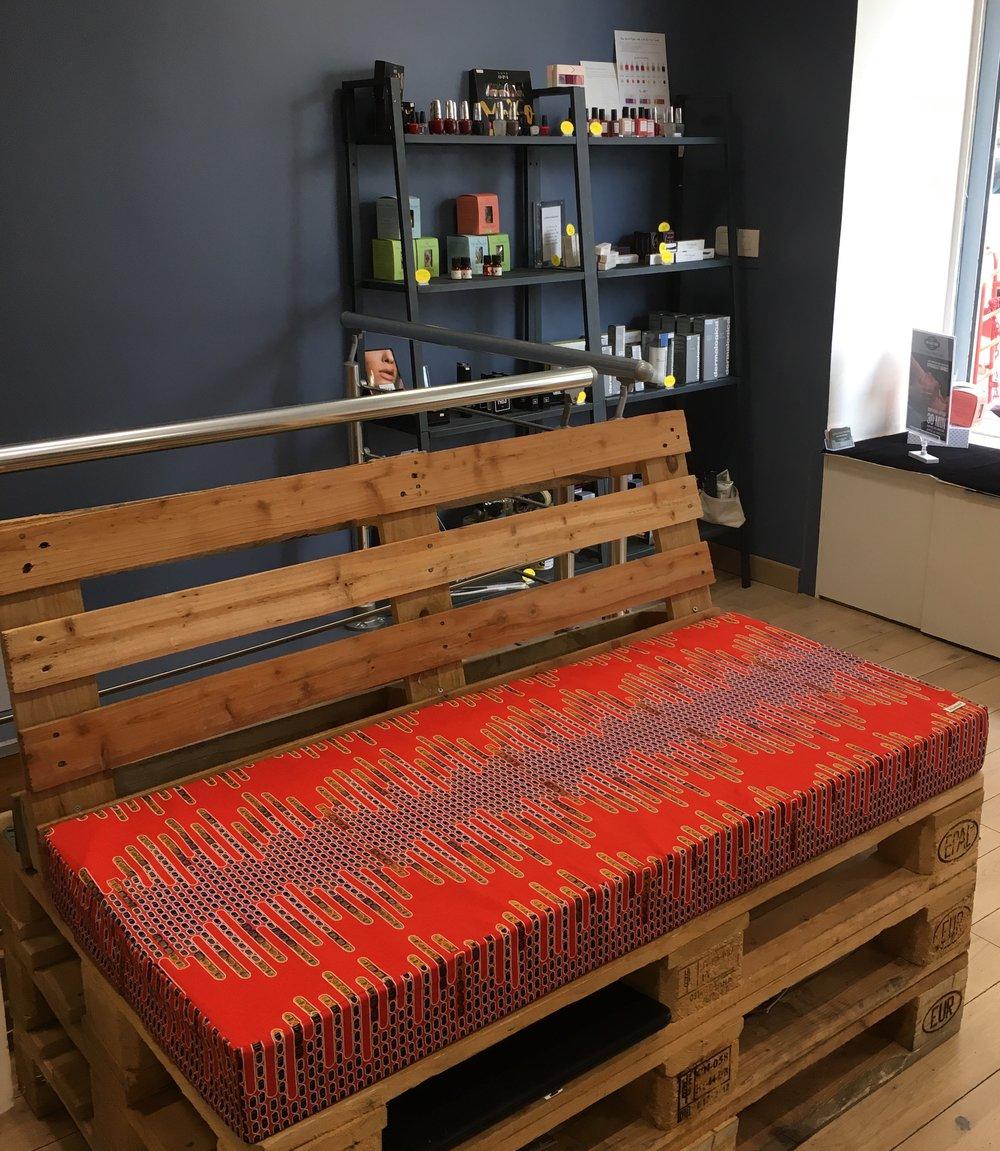 Pour cet institut de beauté, nous avons créé une banquette sur-mesure avec  notre tissu Backgammon. Une mousse dense mais confortable, une housse en  coton ... 191759fd49c1