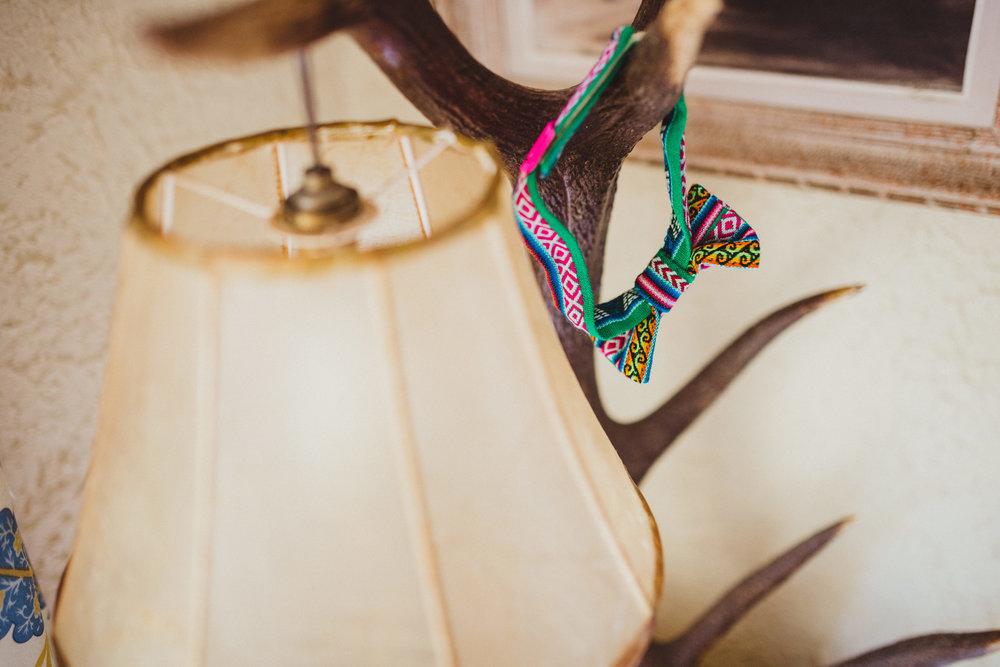 Accessoire de témoins mariage personnalisé : Nœud papillon Adjamée réalisé en tissu ethnique