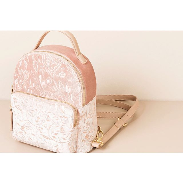 Pastel tones and velvet textures, the prefect travelling companion.  Montpellier bag  #piarossini #backpack #velvet #burntvelvet #pastelpink #bag #accessories #fashion #italianfashion #prefall #collection #new